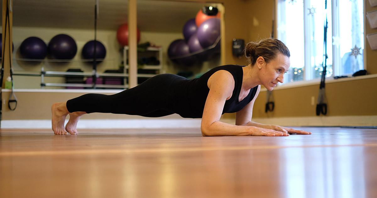 jen murphy from jen murphy fitness doing a plank